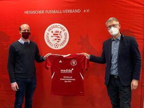 Partnerschaftliche Zusammenarbeit unter Einhaltung der Hygieneregeln: HFV-Geschäftsführer Nicolas Fink (li.) und Medida Geschäftsführer Christoph Fandré. Foto: HFV