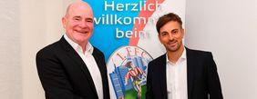 FFC-Manager Siegfried Dietrich (li.) mit dem neuen Trainer Nikos Arnautis. Foto: Hübner