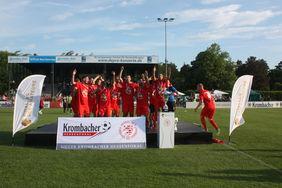 Der TSV Steinbach feiert den Triumph im Krombacher-Hessenpokal-Wettbewerb. Foto: Läpple