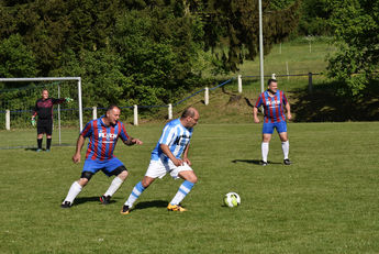 Ali Bastanci (SG Lindheim, weiß-blau) im Spiel gegen SG Lißberg. Keeper Oliver Fried und Jörg Reinemer (beide SG Lißberg) beobachten das Spielgeschehen.