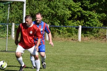 Frank Winkler, (rot, SG Oberau/Höchst) wird von seinem Lißberger Gegenspieler Lars Theumer (rot-blau) verfolgt.