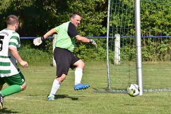 Markus Kraus (Keeper FCA Gedern) bei Ballabwehr mit Spiel gegen TSV Stockheim