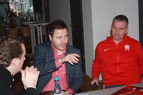 HFV-Pressesprecher Matthias Gast im Gespräch mit KSV-Geschäftsführer Michael Krannich und Cheftrainer Tobias Cramer (v.l.). Foto: Verein