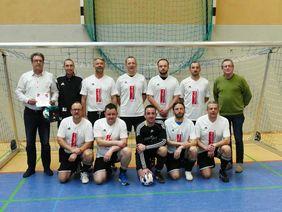 Die Siegermannschaft SG Mottgers/Schwarzenfels/Weichersbach mit KFW Dietmar Pfeiffer (links) und RFB Helmut Wenger (rechts).