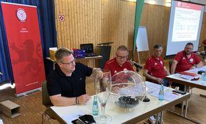 Auslosung der ersten Runde (v.l.n.r. Daniel Jung, Andreas Scheffler, Gerhard Schröder, Jörg Hinterseher)