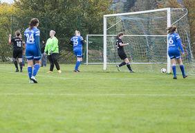 In dieser Spielszene aus der 19. Minute erzielt Christina Reichenauer das 1:0 für die SG Freiensteinau (in dunklen Trikots).  Foto: Oliver Müller