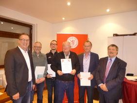 Unser Foto zeigt (von rechts) Kreisehrenamtsbeauftragter Alfred Lotz, Bernhard Breitenberger, Hans Lamp, Marcus Rohrig, Reiner Bergmann und Fußballwart Dietmar Pfeiffer.