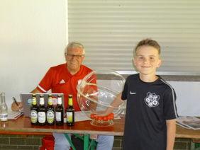 Glücksfee Ben Weitzel mit Pokalspielleiter Harald Maienschein