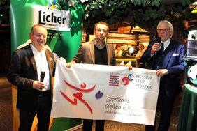 Gießens Kreisfußballwart Henry Mohr, Mesut Yenigün und Prof. Dr. Heinz Zielinski (Vizepräsident LSBH). Foto: Peter Hillgärtner