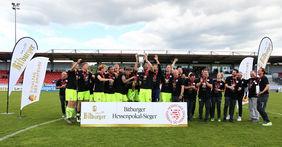 Der SV Wehen Wiesbaden feiert den Bitburger-Hessenpokalsieg 2021. Foto: Jaux