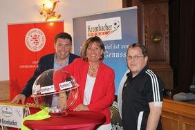 von links Christoph Schneehain (Krombacher Brauerei), Esther Dilcher, Olaf Hamel (Spielleiter Kreispokal).