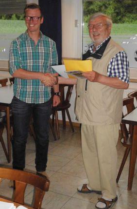 Bastian Sturm (links) erhält den Gutschein zur C-Trainerausbildung aus den Händen des Kreisadministrators Manfred Schneider