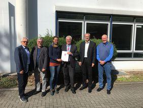 Staatssekretär Koch (3.v.r.) übergibt den Förderbescheid an Sozialstiftungsgeschäftsführerin Christine Kumpert (3.v.l.). Darüber freuen sich auch HFV-Geschäftsführer Gerhard Hilgers (li.), Jürgen Kerwer (Hessische Landeszentrale für politische Bildung, 2.v.l.), Jens-Uwe Münker (Abteilungsleiter Sport im Hessischen Ministerium des Innern und für Sport, (2.v.r.) und Michael Glameyer (Beratre Fair Play Forum, re.). Foto: Sozialstiftung