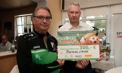 Fair-ist-mehr-Sieger Roland Lang (li.) mit HFV-Vizepräsident Torsten Becker. Fotos: A2bildgentur