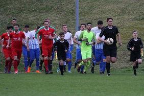 Das junge Schiedsrichtergespann beim Einlaufen mit den beiden Mannschaften. Tim Foto: Uwe Duscha