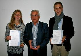 HFV-Geschäftsführer Gerhard Hilgers (Mitte) mit Pokal sowie seinen Top-Auszubildenden Saskia Matheis (li.) und Jonas Stehling (re.). Foto: privat