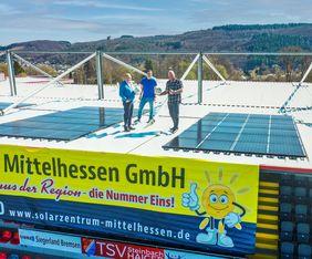 Auf dem Dach der Haupttribüne: (v.l.) Roland Kring (Vorstandssprecher TSV Steinbach Haiger), Arne Wohlfarth (Geschäftsführer Marketing & Kommunikation) und Frank Luckenbach (Geschäftsführer der Solarzentrum Mittelhessen GmbH). Foto: TSV Steinbach Haiger