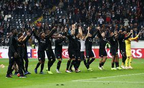 Eintracht-Spieler feiern den Sieg mit ihren Fans. Foto: getty images