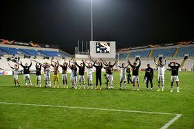Die Mannschaft feiert mit den Fans. Foto: getty images