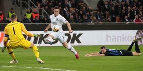 Luka Jovic hebt den Ball zum entscheidenden Treffer gegen Inter Mailand ins Tor. Foto: getty images