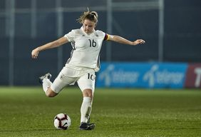 Die vom 1. FFC Frankfurt nominierte Lisa Ebert am Ball. Foto: getty images