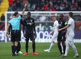 Erneute Niederlage für Eintracht Frankfurt, wieder ein Platzverweis. [Foto: Getty Images]