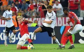 Luca Waldschmidt versucht, sich gegen zwei Österreicher durchzusetzen. Foto: getty images