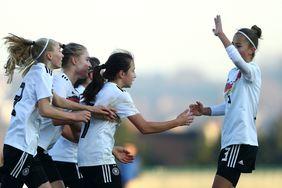 Die Hessin Loreen Bender (2.v.r.) feiert ihren Torerfolg mit den Teamkolleginnen. Foto: getty images