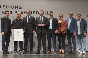 Als hessischer Landessieger wurde Goran Andjelkovic (2.v.l.) - zwischen Miroslav Klose und HFV-Präsident Stefan Reuß - ausgezeichnet. Foto: getty images