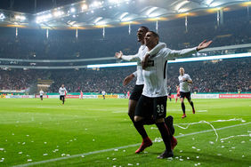 Omar Mascarell lässt sich nach seinem Tor zum 3:0 feiern. Foto:Getty Images