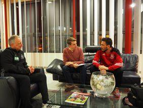 HFV-Jugend-Öffentlichkeitsreferent Sebastian Sauer (Mitte) im Gespräch mit Davide Ancelotti (re.) und Dirk Reimöller (li.). Foto: HFV