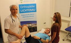 Bei der orthopädischen Untersuchung: Oberarzt Gediminas Bucys, Schiedsrichter Niklas Rüddenklau (TSV Ersen) und die Projektkoordinatorin Sandy-Kristin Reuss  (v.l.).