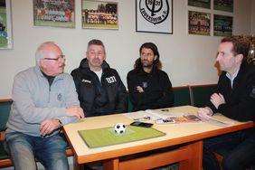 Günter Fuchs (1. Vorsitzender), Erich Rodler (Sportlicher Leiter) und Rouven Leopold (Trainer 1. Mannschaft) im Gespräch mit HFV-Öffentlichkeitsreferent Matthias Gast (v.l.).