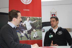 Verbandssportlehrer Christoph Liebich (re.) im Gespräch mit HFV-Öffentlichkeitsreferent Matthias Gast. Foto: Stehling