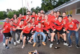 Die Spvgg. Neu-Isenburg feiert den Aufstieg in die LOTTO Hessenliga. Foto: A2bildagentur/Hartenfelser