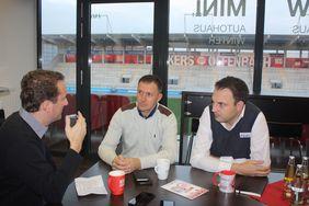 Matthias Gast (li.) im Gespräch mit Sead Mehic und Christopher Fiori (re.). Foto: Kunkel