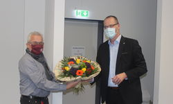 Präsident Stefan Reuß (re.) verabschiedet Gerhard Hilgers mit einem Blumenstrauß. Alle Fotos: mag