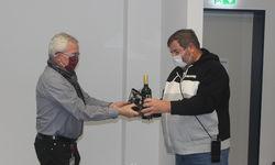 Auch Aufsichtsratsvorsitzender Bernd Reisig (re.) kam nicht mit leeren Händen.
