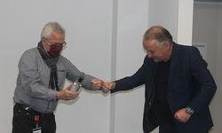 Aufsichtsrat Lutz Wagner (re.) übergibt einen selbstgebrannten Schnaps.