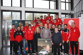 Thosten Fiala (Mitte) mit allen hessischen DFB-Mobil Teamern. Foto: HFV