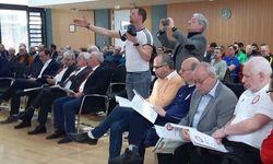 Kritischer Blick in die Unterlagen und die Suche nach den besten Fotopositionen. Vorn, 4. von rechts: Hanaus Kreisfußballwart Dirk Vereeken, der wie die Kollegen aus den Kreisen Gelnhausen und Hochtaunus zu Gast war.