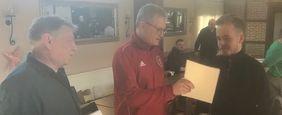 Jugendwart Thorsten Riederer übergibt die Urkunde an Luca Hild