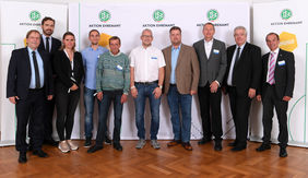 Die sechs hessischen Ehrenamtler umrahmt von DFB-Vizepräsident Dr. Rainer Koch, DFB-Generalsekretär Dr. Friedrich Curtius (beide links), DFB-Vizepräsident Peter Frymuth und Landesehrenamtsbeauftragten Thomas Becker (beide rechts). Foto: DFB