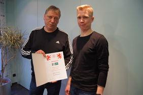 Kreisfußballwart Alexander Neul (li.) übergibt die Urkunde an Patrick Schwärzel vom FC Werdorf. Foto: privat