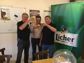 Friedel Petry, Verantwortlicher Spielleiter Kreispokal, Andreas Bott, Licher Brauerei und Alexander Neul, Kreisfußballwart, besiegeln Partnerschaft und Auslosung der ersten Kreispokalrunde.