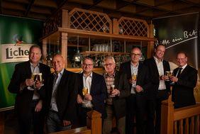 Stoßen gemeinsam auf die neue Partnerschaft an (v.l.): Torsten Becker (HFV-Vizepräsident), Uwe Schiller (Vertriebsleiter AHM Süd, Bitburger Braugruppe), Ralf Viktora (HFV-Schatzmeister), Gerhard Hilgers (HFV-Geschäftsführer), Holger Pfeiffer (Leiter Marke Licher), Stefan Reuß (HFV-Präsident), Thomas Schmitt (Direktor Sporthotel/Sportschule Grünberg). Foto: Andy Alexander