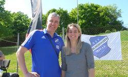 Organisator Karsten Dähnrich freut sich über den Besuch von HBRS-Botschafterin Nia Künzer beim Fußball-ID Hessenpokal in Büblingshausen