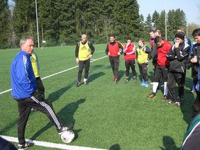 Verbandssportlehrer Dirk Reimöller (li.) gibt Erläuterungen weiter. Foto: HFV