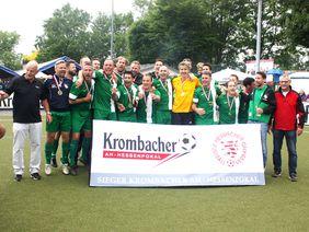 Die Mannschaft des VfR Fehlheim freut sich über den Krombacher AH-Hessenpokalsieg. Foto: Nöthen