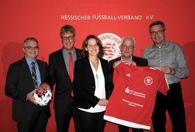 Freuen sich über die Vertragsunterzeichnung: Ralf Viktora, Andreas Güttler, Gabriele Ossadnik, Gerhard Hilgers und Andreas Güttler (v.l.). Foto: HFV